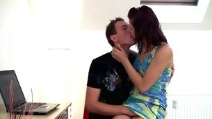 tenåring blowjob kyssing brunette